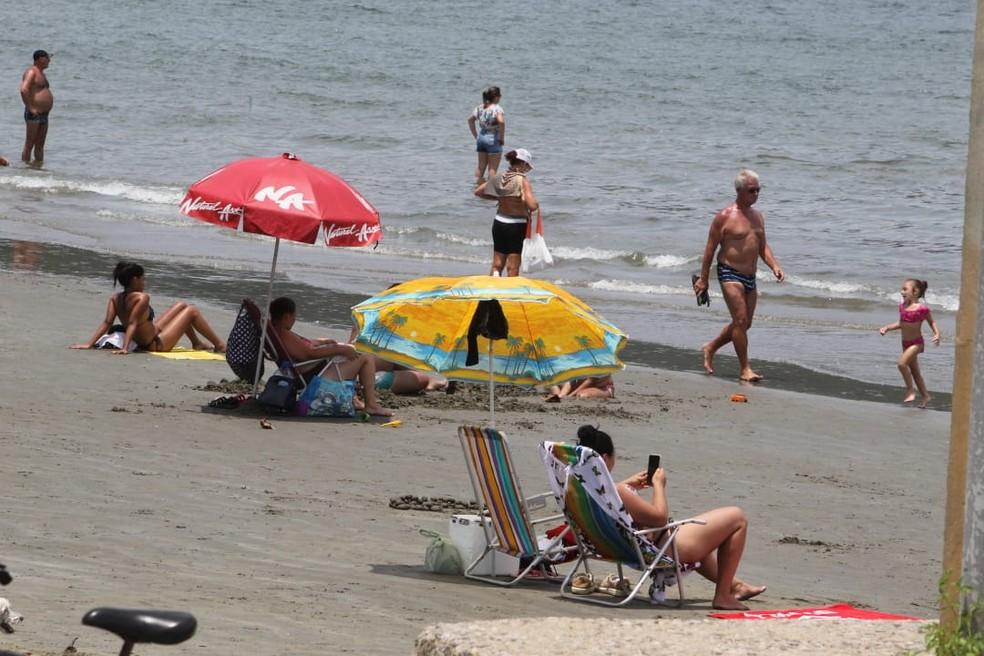 Banhista desrespeita proibição de guarda-sóis na faixa de areia da praia de Santos, SP — Foto: Carlos Nogueira/Jornal A Tribuna