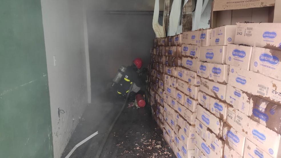 Incêndio atingiu depósito de empresa — Foto: Corpo de Bombeiros/Divulgação
