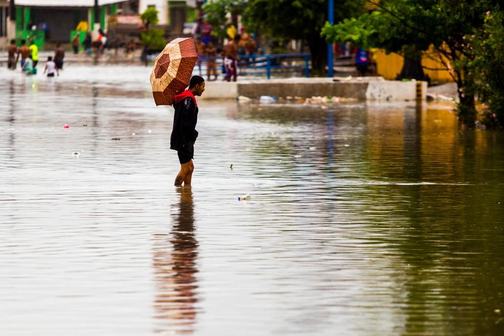 Contato com a água contamidada é o principal causador da doença. — Foto: Jonathan Lins/G1