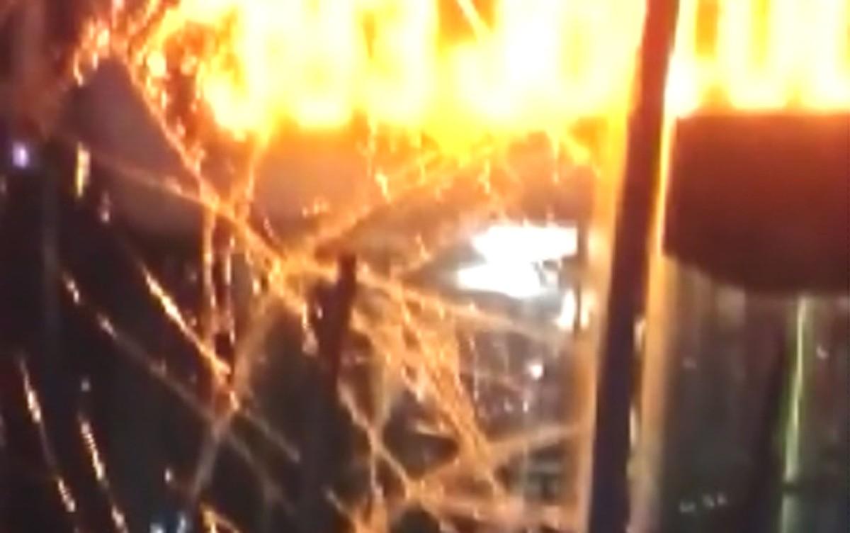 Motorista perde controle do ônibus e derruba poste em Monte Mor; ninguém se feriu
