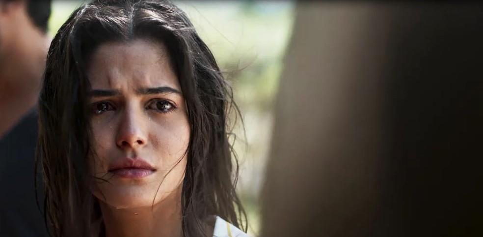 Laila (Julia Dalavia) chora com ameaça de Dalila (Alice Wegmann) em 'Órfãos da Terra' — Foto: Globo