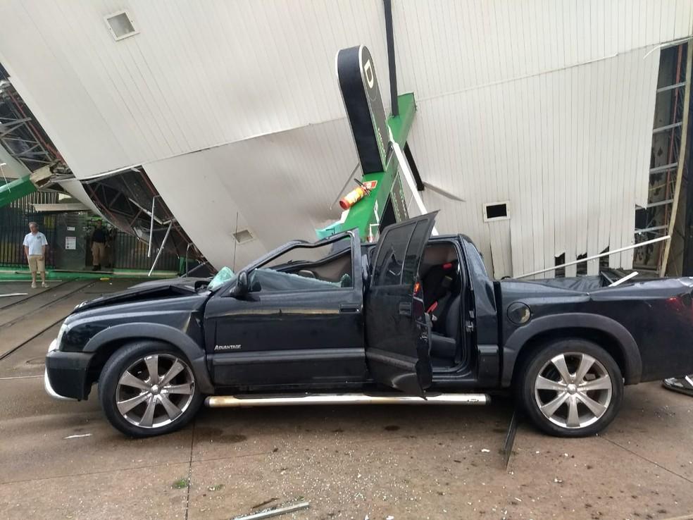 Estrutura de posto de combustíveis caiu sobre caminhonete durante temporal em Londrina, na tarde desta quarta-feira (17) — Foto: Eduardo Lhamas/RPC