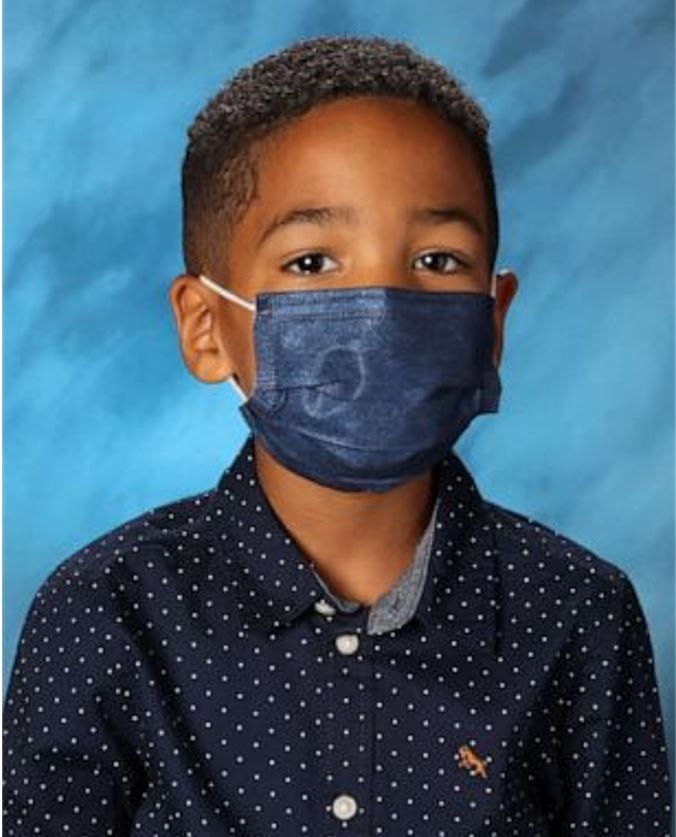 Criança se recusa a tirar máscara na hora da foto da escola e recebe R$ 180 mil como 'prêmio' pela boa conduta