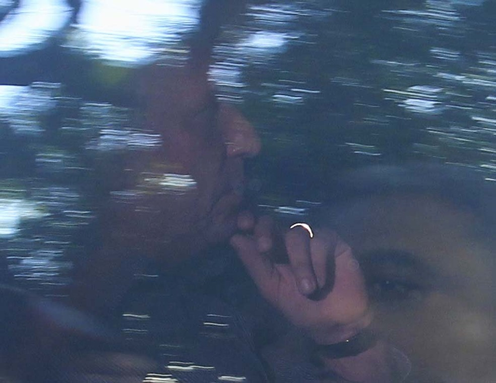 O governador do Rio, Luiz Fernando Pezão, no carro da PF que o conduziu à sede da corporação — Foto: Estefan Radovicz/Agência O Dia