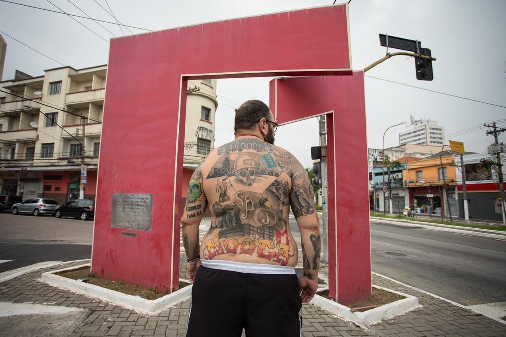 Monumento da Mooca na Avenida Paes de Barros é um dos elementos da tattoo que cobre as costas do veterinário Daniel Martins (Foto: Fábio Tito/G1)