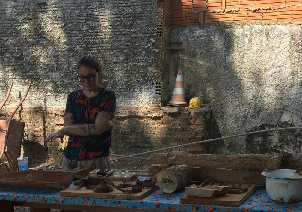 Arqueóloga mostra objetos encontrados em obra — Foto: Kessillen Lopes/ G1