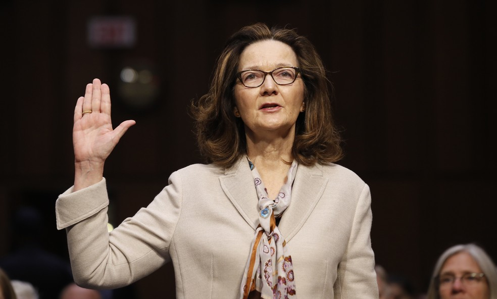 -  Gina Haspel jura ao início de seu depoimento em audiência no Comitê de Inteligência no Senado  Foto: AP Photo/Alex Brandon