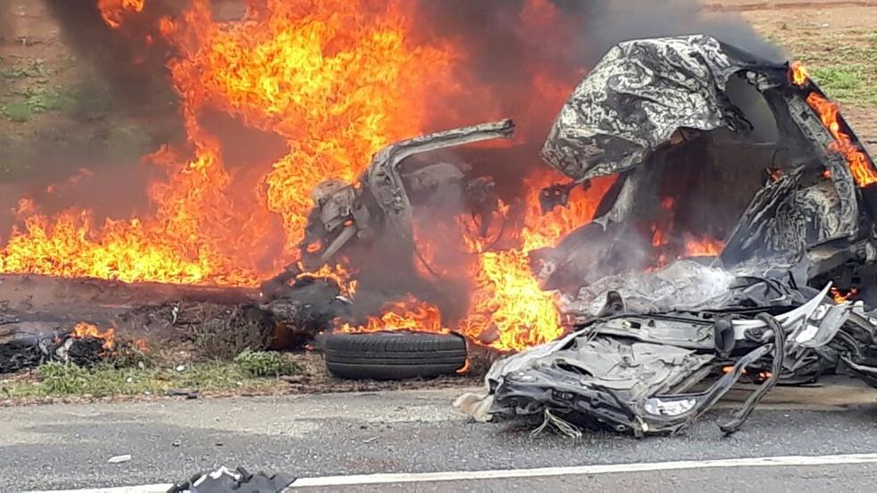 Motorista perdeu controle do carro e se chocou com uma carreta (Foto: Higo Rodrigues)