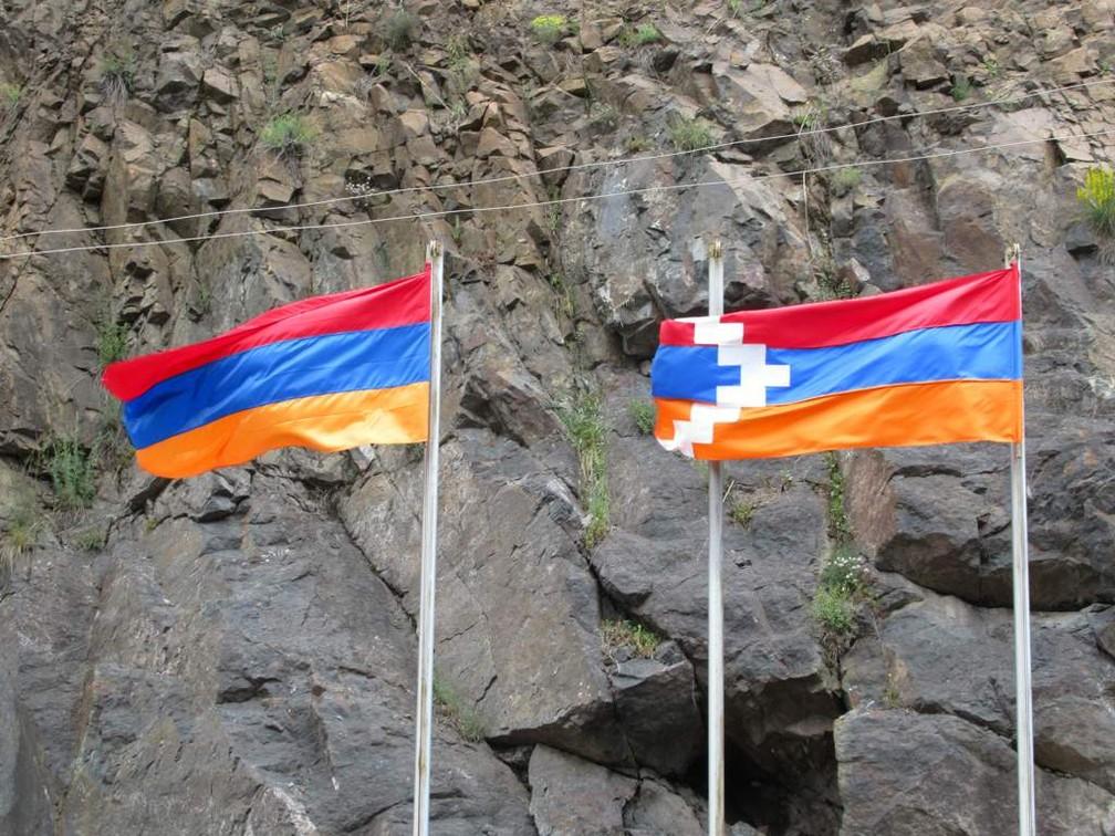 Bandeiras da Armênia e da República de Nagorno-Karabakh – não reconhecida pelo Brasil — Foto: Border Flags by David Stanley / CC BY