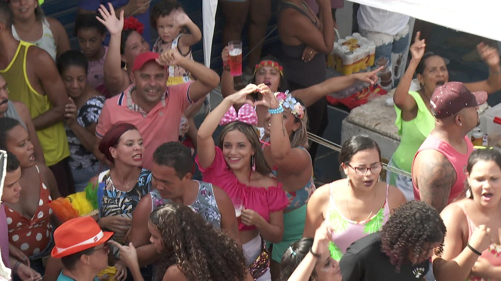 O CDU na Folia reúne multidão no bairro da Várzea, na Zona Oeste do Recife — Foto: Reprodução/TV Globo