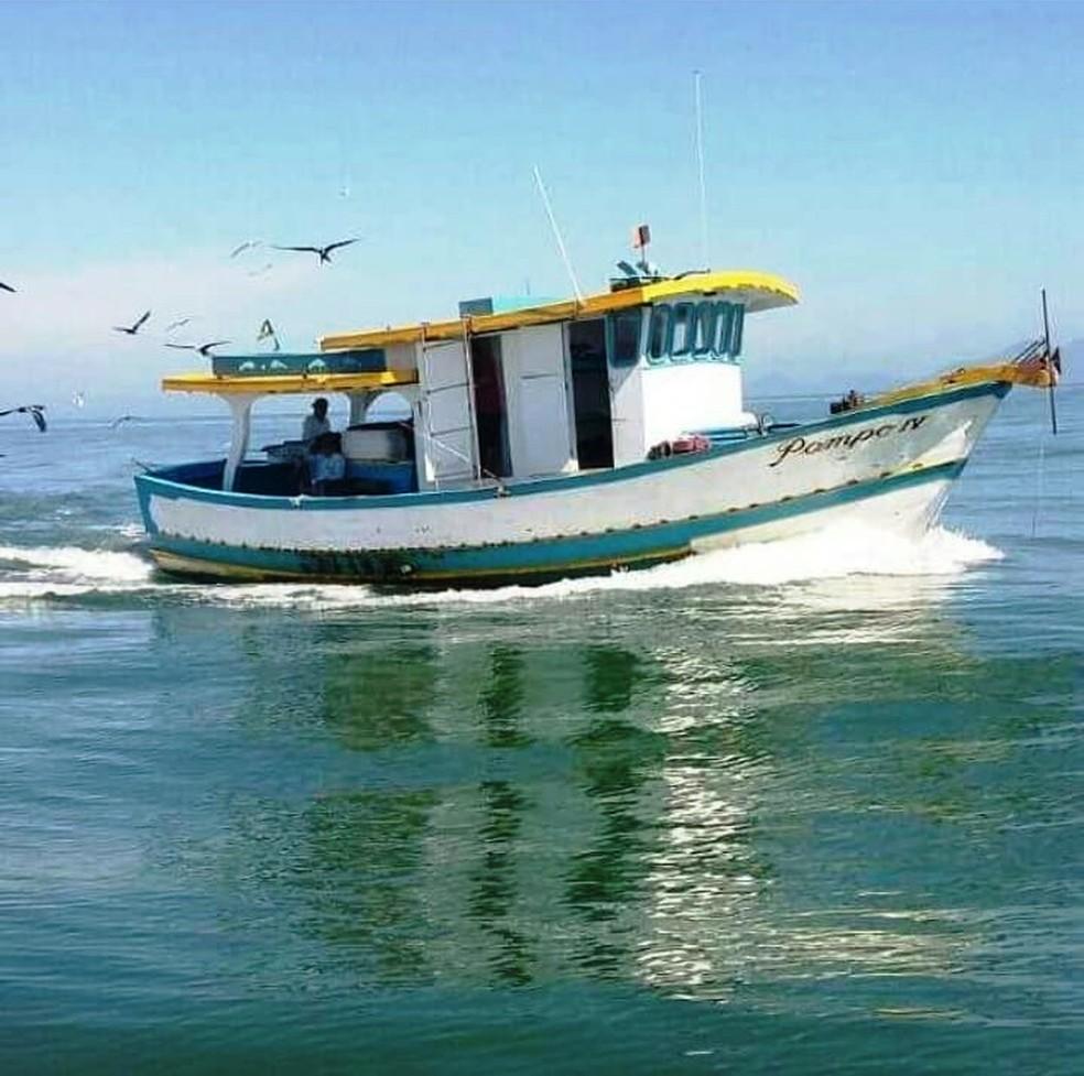 Barco pesqueiro Pampo IV virou após ser atingido por ondas em Itanhaém (SP) — Foto: Reprodução/Facebook