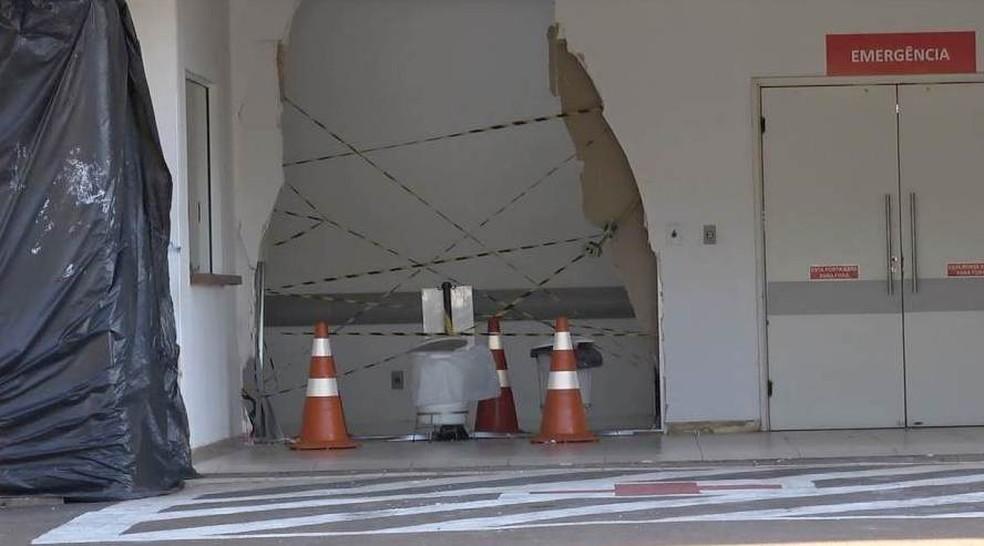 Carro destruiu parte da parede do hospital em São Carlos — Foto: A Cidade ON/São Carlos