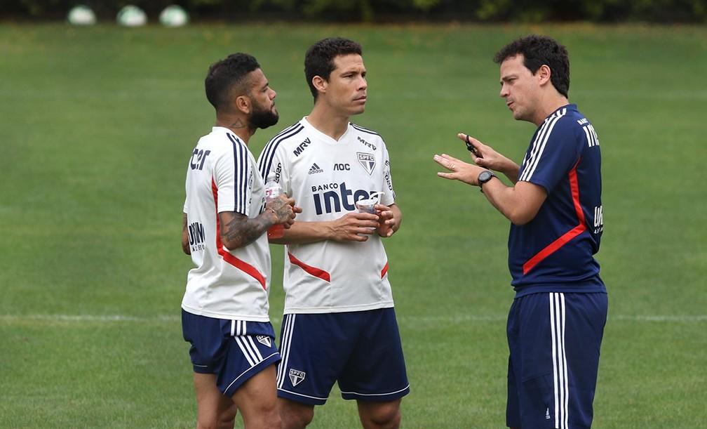 Daniel Alves e Hernanes ouvem instruções de Fernando Diniz no São Paulo — Foto: Rubens Chiri / saopaulofc.net