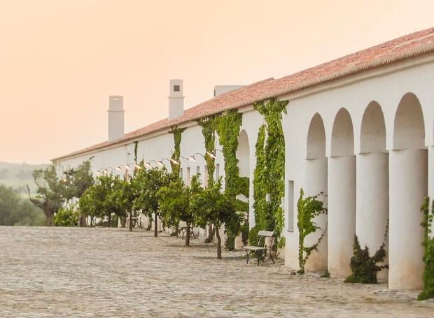 John Pawson e Eduardo Souto de Moura criaram o conceito da arquitetura e João Gomes da Silva assina o paisagismo da fazenda-hotel São Lourenço do Barrocal, em Portugal (Foto: Reprodução)