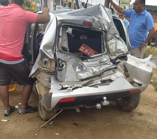 Acidente entre ônibus escolar e carro deixa 2 feridos em Arapiraca, AL