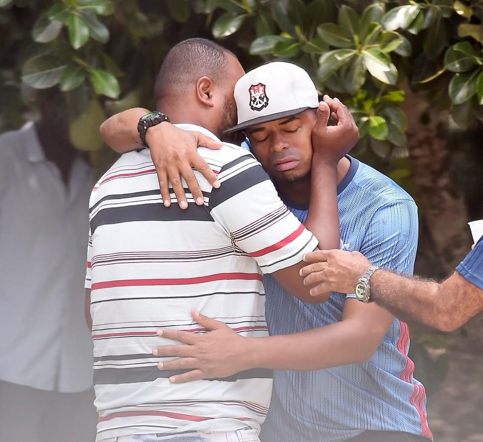 Pai de Christian (à esquerda) chora no Ninho do Urubu — Foto: André Durão