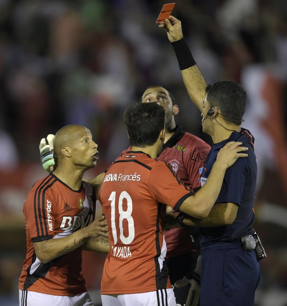 Carlos Sánchez havia sido expulso em seu último jogo de competição sul-americana pelo River Plate, em 2015 (Foto: AFP / Juan Mabromata)