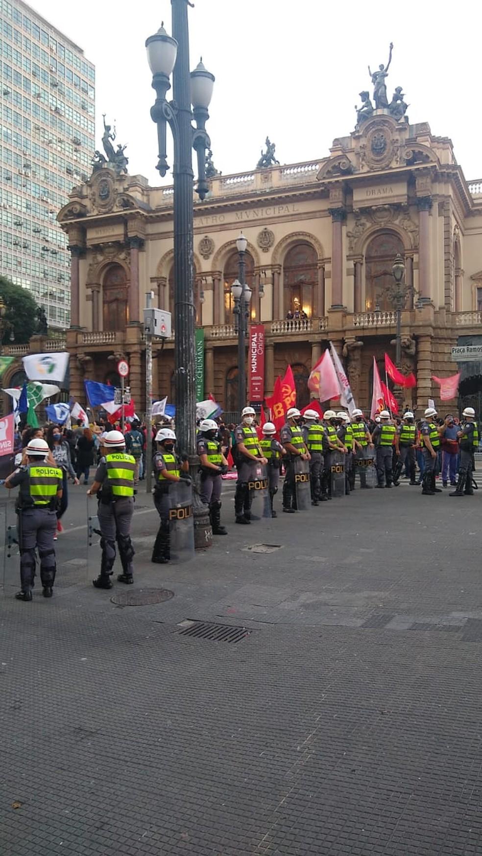 Os manifestantes foram acompanhados por policial militares — Foto: Reprodução
