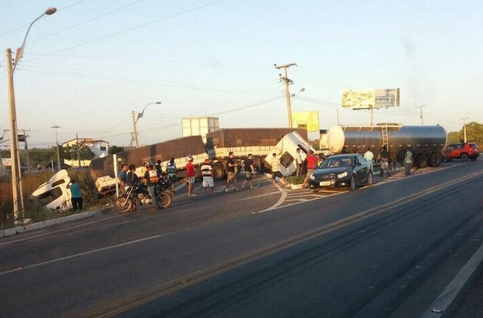 Acidente envolvendo caminhões de grande porte chamou atenção de motoristas que passavam pelo trecho (Foto: PRF/Divulgação)