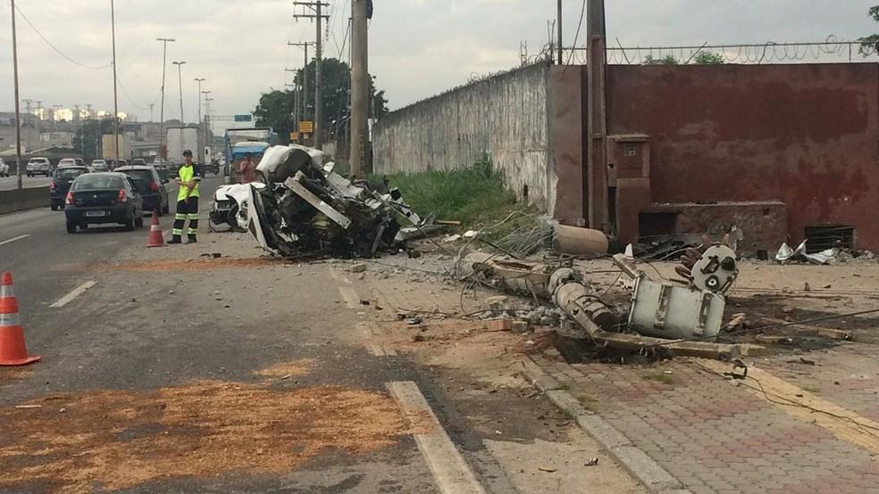 Carro ficou partido após acidente na Fernão Dias (Foto: Abraão Cruz/ Rede Globo)
