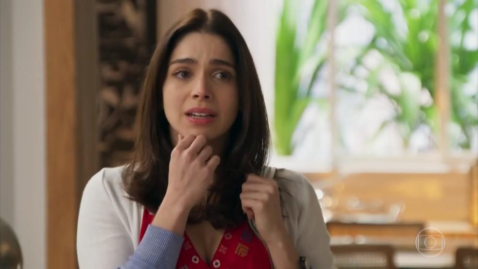 Shirlei (Sabrina Petraglia) escuta a discussão de Jéssica e Felipe - 'Haja Coração' — Foto: Globo