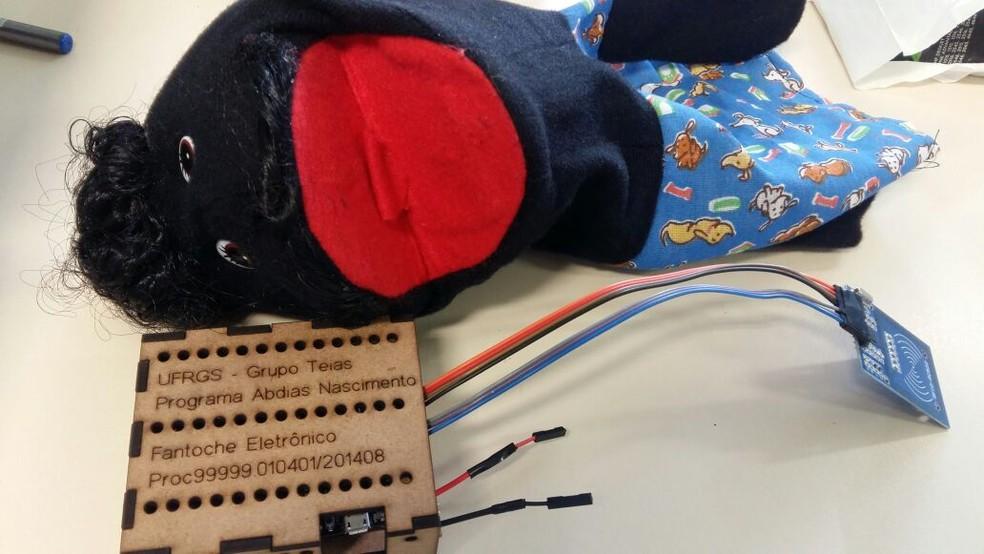 Placa de comando instalada nos fantoches é de baixo custo. Pesquisadores trabalham em um novo protótipo, que baratearia o projeto ainda mais (Foto: Arquivo Pessoal )