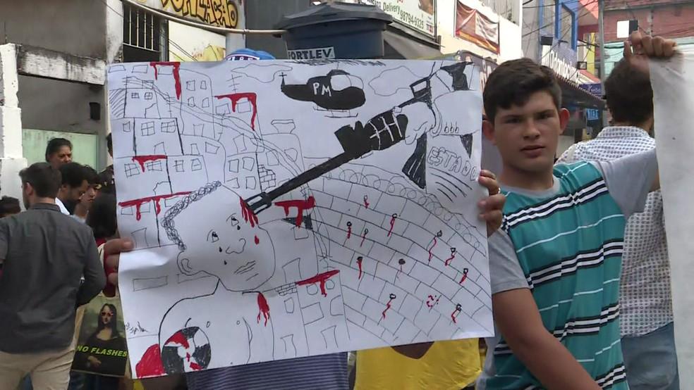 Moradores e familiares de vítimas da ação da PM em Paraisópolis seguram faixas durante protesto contra a violência policial — Foto: Reprodução/TV Globo