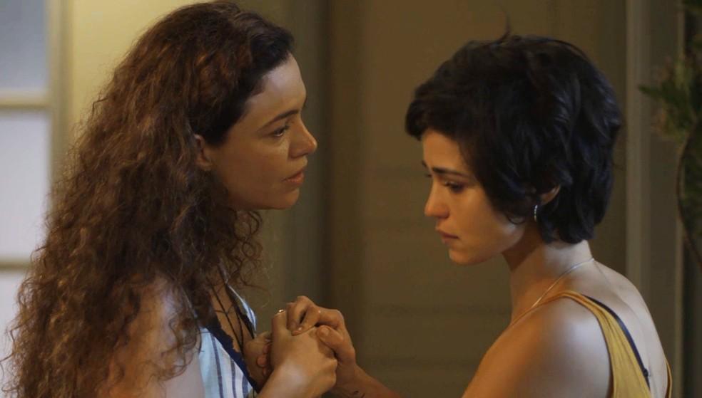 Selma tenta convencer Maura a aceitá-la de volta — Foto: TV Globo
