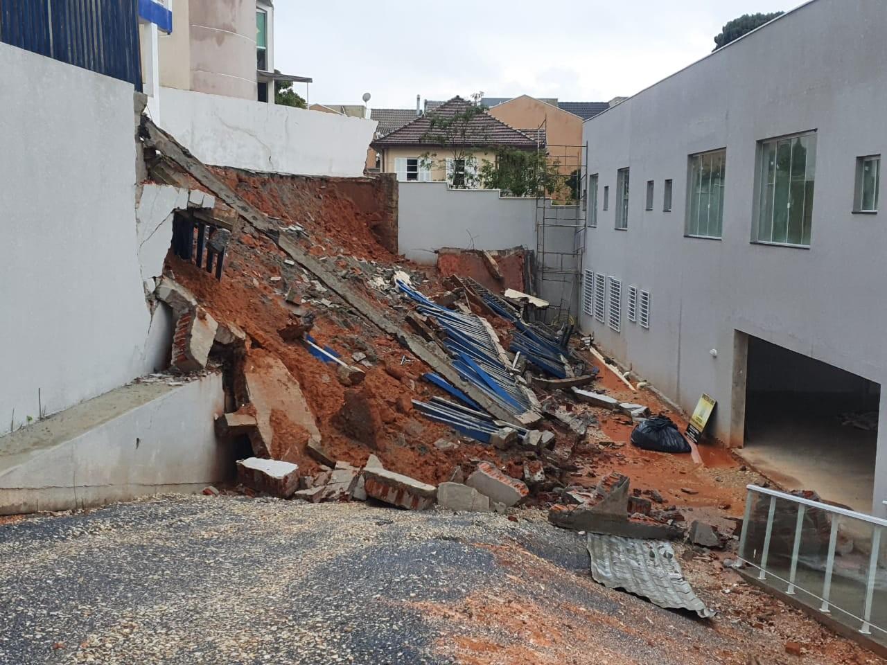 Chuva alaga ruas de Curitiba e volume de água atinge, em seis horas, mais de 65% do esperado para todo o mês de novembro, diz Inmet