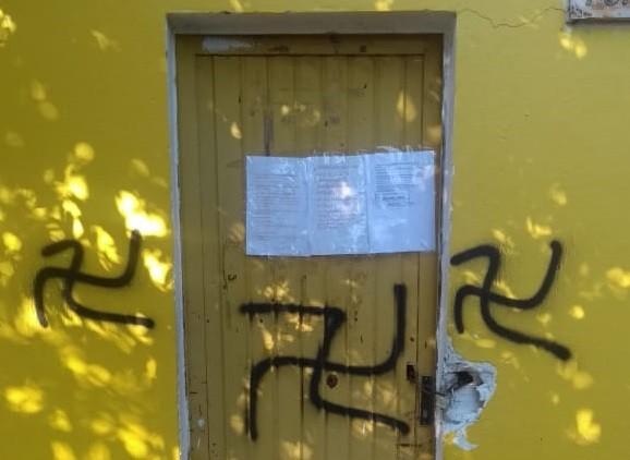 Associação de moradores em São Leopoldo aparece com suásticas e mensagens de ódio pixadas