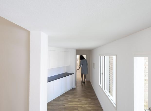 """O interior de uma habitação representa a arquitetura mais familiar. Por isso, um grupo de suíços decidiu encenar uma casa """"nua"""", sem decoração alguma e, por tabela, investigar a recente tendência de despir uma casa de seus adornos para fotografá-la. Svizz (Foto: Divulgação)"""
