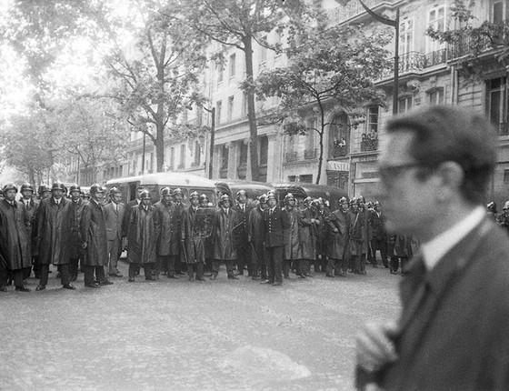 Barreira policial em avenida de Paris (Foto: Philippe Gras)