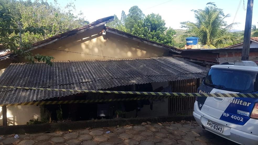 Casa onde a família foi morta em São Domingos do Norte — Foto: Reprodução/TV Gazeta