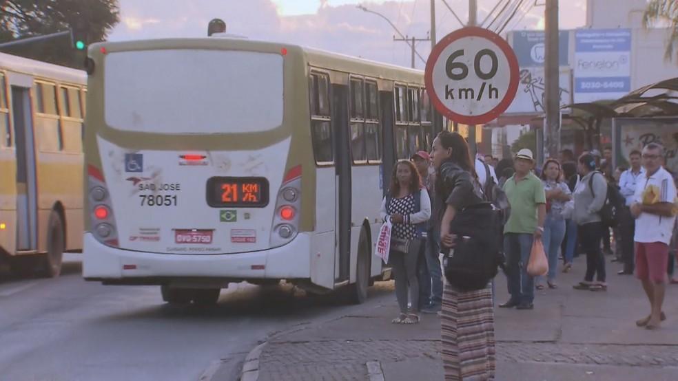 Passageiros em parada de ônibus nesta quinta-feira (2), primeiro dia de greve do Metrô-DF — Foto: TV Globo/Reprodução
