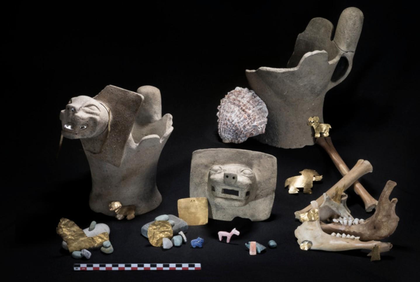 Alguns dos artefatos que foram encontrados no rio Titicaca, na Bolívia (Foto: Teddy Seguin)