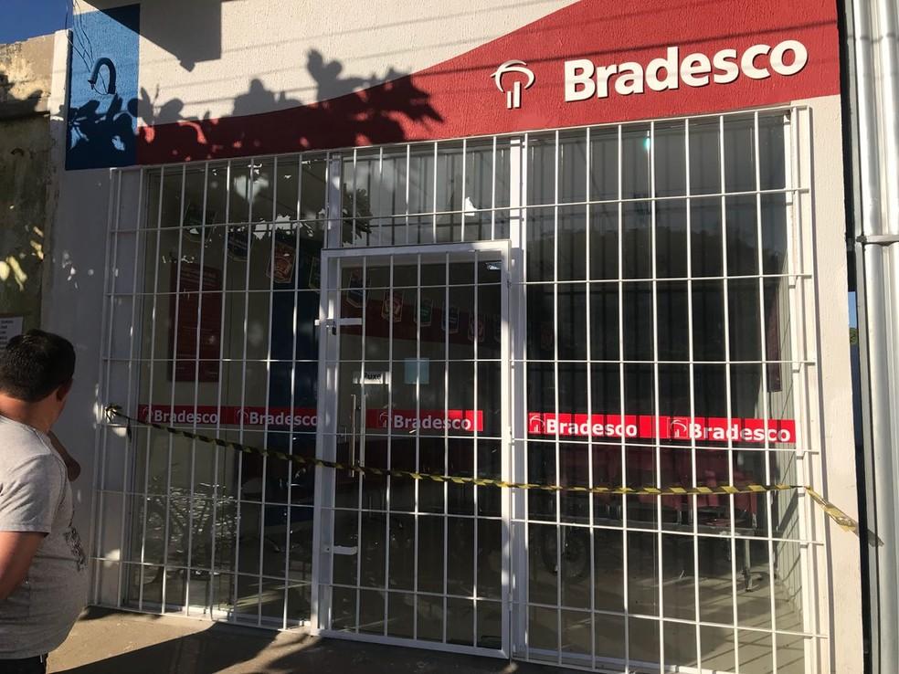 Agência do Bradesco foi invadida na madrugada desta sexta-feira (3) (Foto: PM/Divulgação)