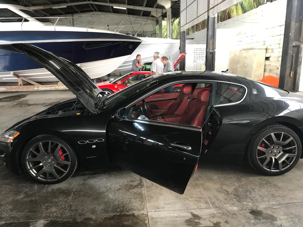 Carros de luxo foram apreendidos durante a Operação Mar Aberto, da Polícia Civil de Pernambuco — Foto: Reprodução/WhatsApp