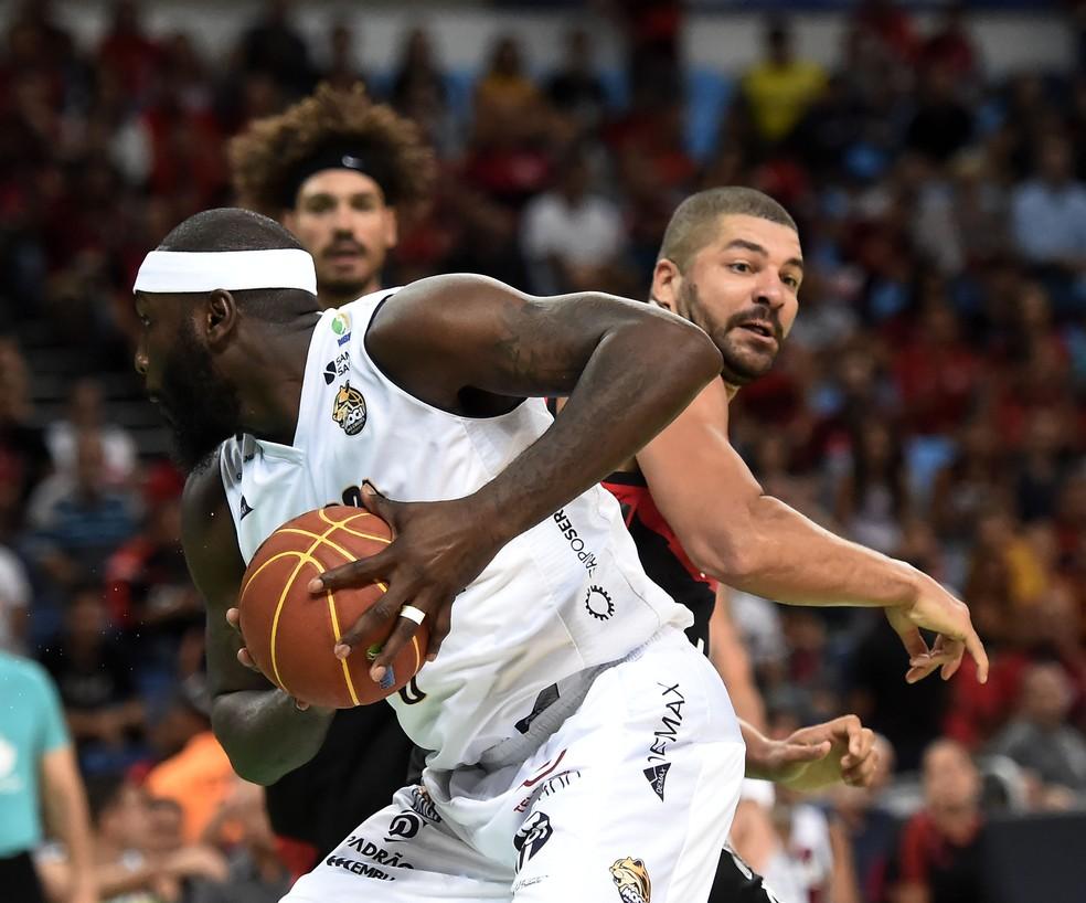 Flamengo e Mogi fizeram um jogo muito brigado (Foto: André Durão)