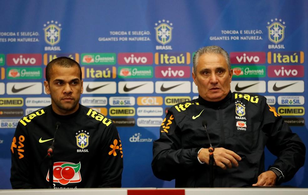 Daniel Alves e Tite (Foto: Reuters)