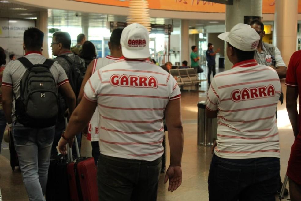 Cabo foi pressionado por torcedores no aeroporto — Foto: Mac Cavalcante/ GloboEsporte.com