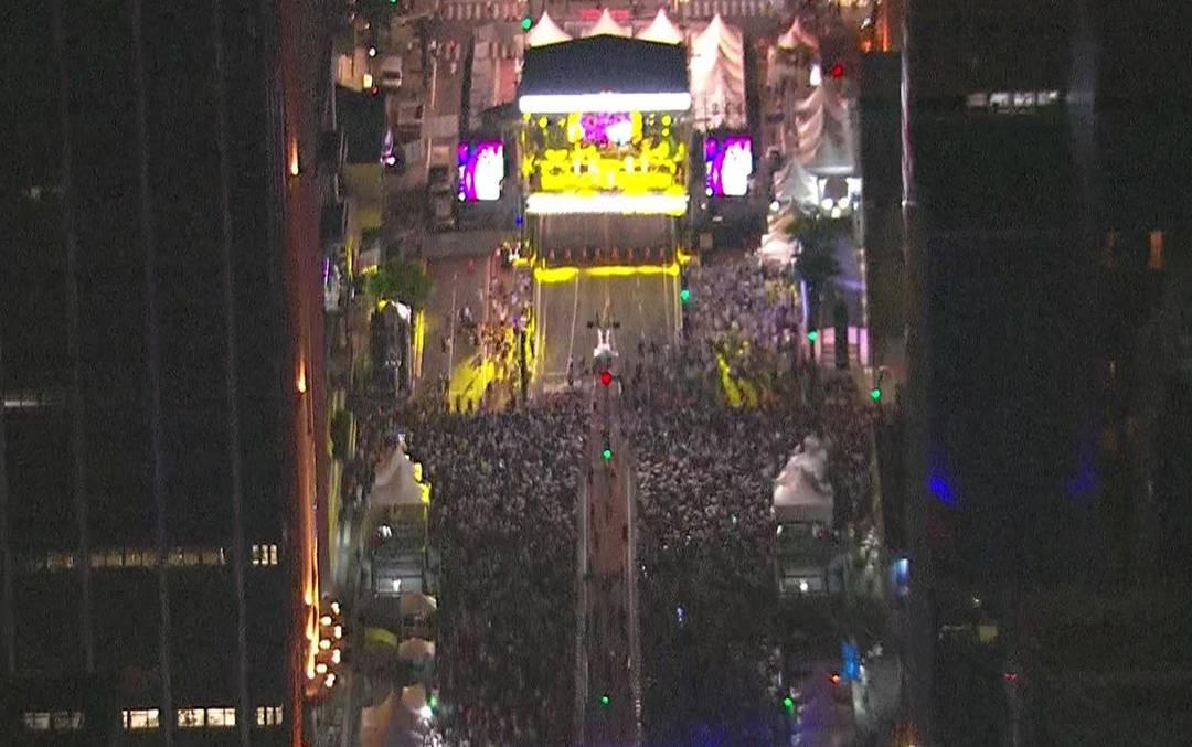 Público toma conta da Avenida Paulista para ver shows da festa de réveillon