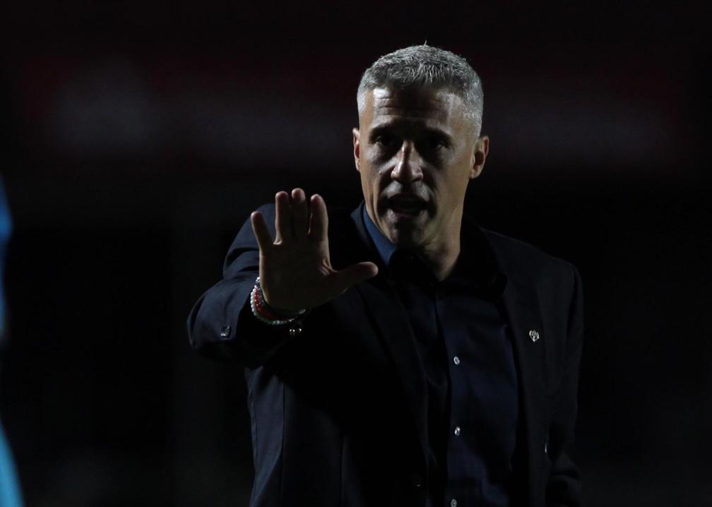 Hernán Crespo, técnico do São Paulo, orienta o time diante do América-MG — Foto: Rubens Chiri / saopaulofc