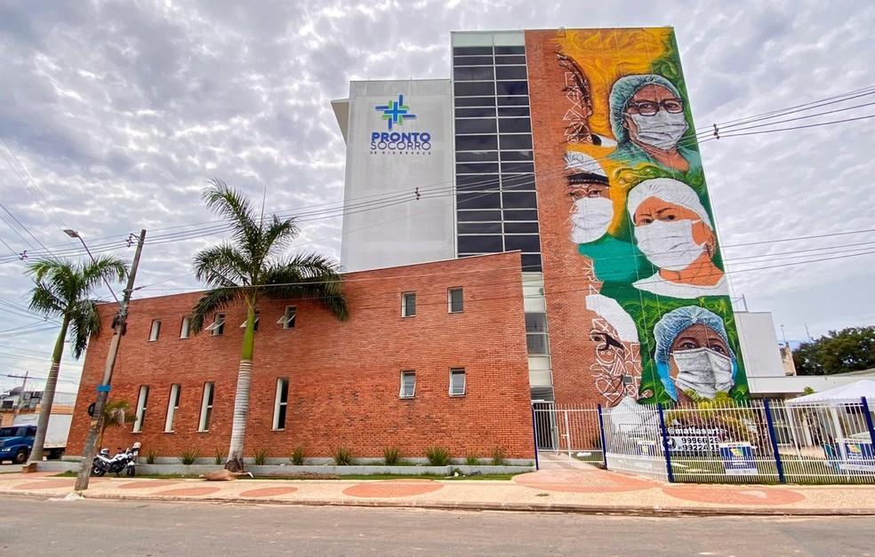 Estrutura externa do PS ganhou cores com desenhos de rostos de profissionais da saúde do Acre — Foto: Pedro Devanir/Secom