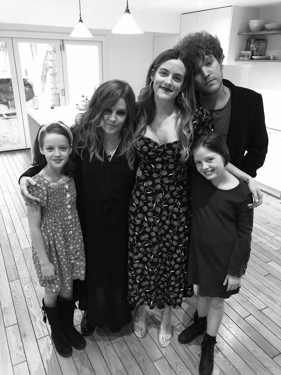 Lisa Marie Presley com os quatro filhos (Foto: Twitter)