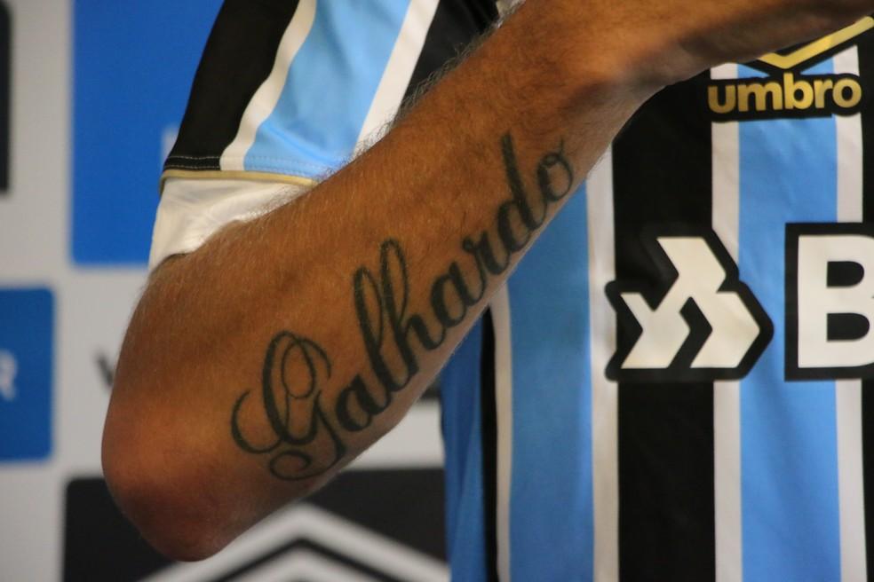 Galhardo tem o sobrenome tatuado no braço — Foto: Matheus Beck