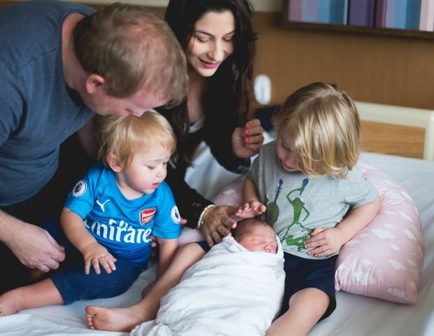 A família de XXXXX reunida ao lado de Larissa, ainda na maternidade (Foto: Amanda Alexandre)