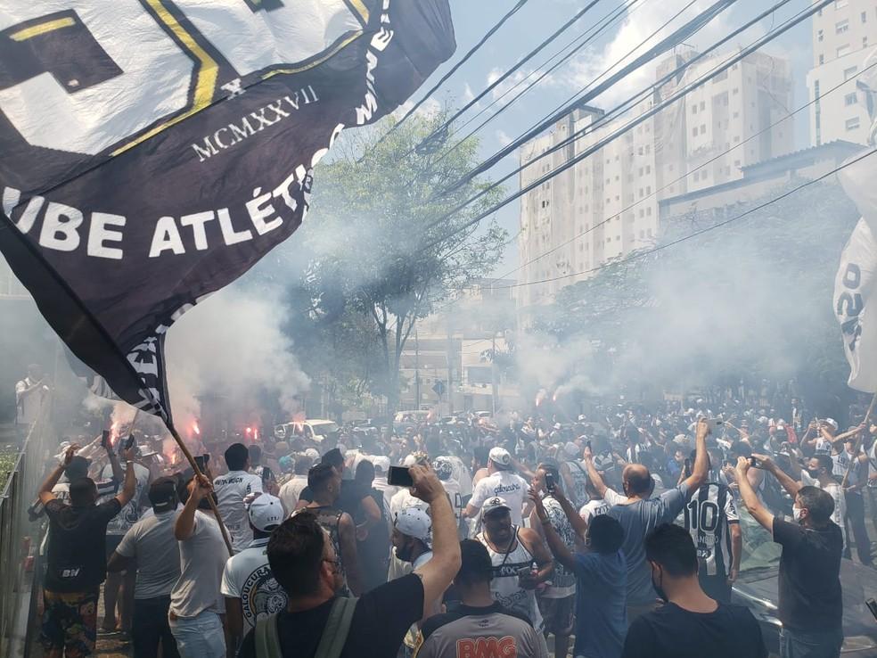 Manifestação contra a contratação de Thiago Neves ocorreu na porta da sede do Atlético-MG — Foto: Frederico Ribeiro