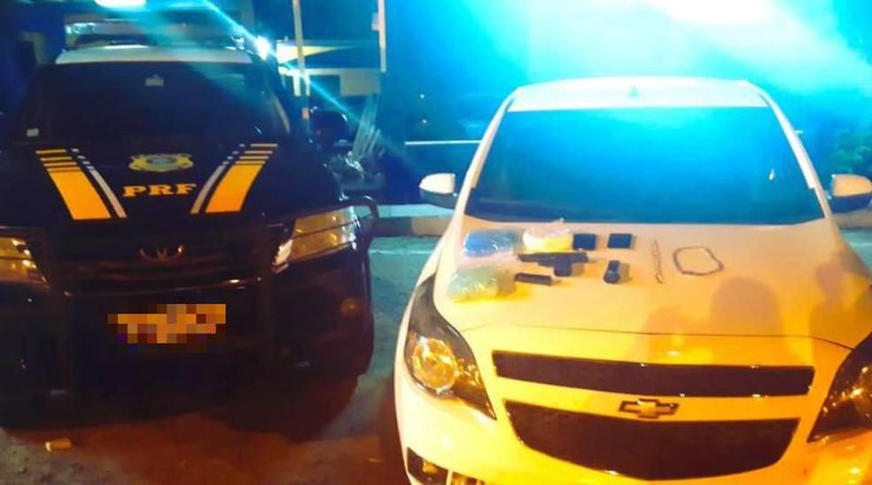 Homem é preso com arma, drogas e carro roubado na BR-116, sudoeste da Bahia — Foto: Divulgação/PRF