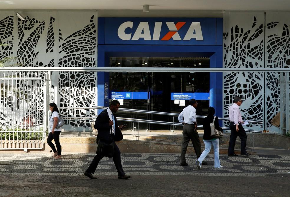 Agência da Caixa Econômica Federal no centro do Rio de Janeiro.  — Foto: REUTERS/Pilar Olivares/File