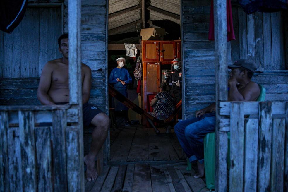 Agentes de saúde testam morador de comunidade ribeirinha Roli Madeira, no Pará, para coronavírus — Foto: Tarso Sarraf / AFP Photo